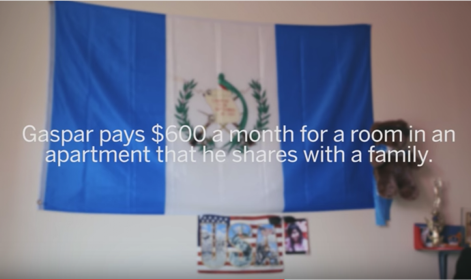 En la humilde vivienda de Gaspar Marcos está una bandera de Guatemala, el país que dejó hace años al huír de la pobreza. (Foto: Captura de video)