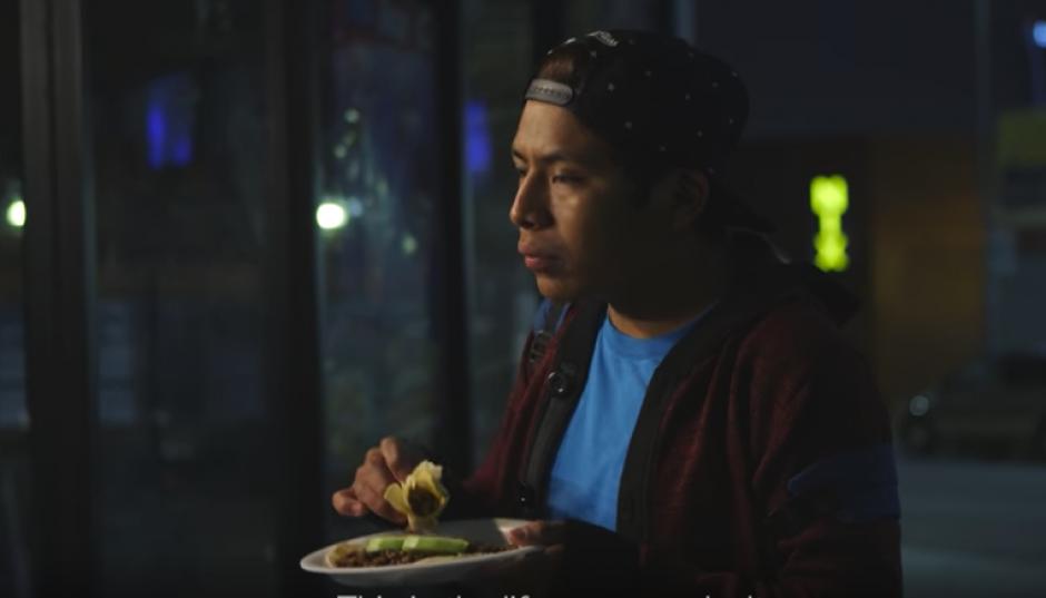 A las 2:30 horas cuando Gaspar regresa a casa, come algo en la calle antes de irse a la cama un par de horas. (Foto: Captura de video)