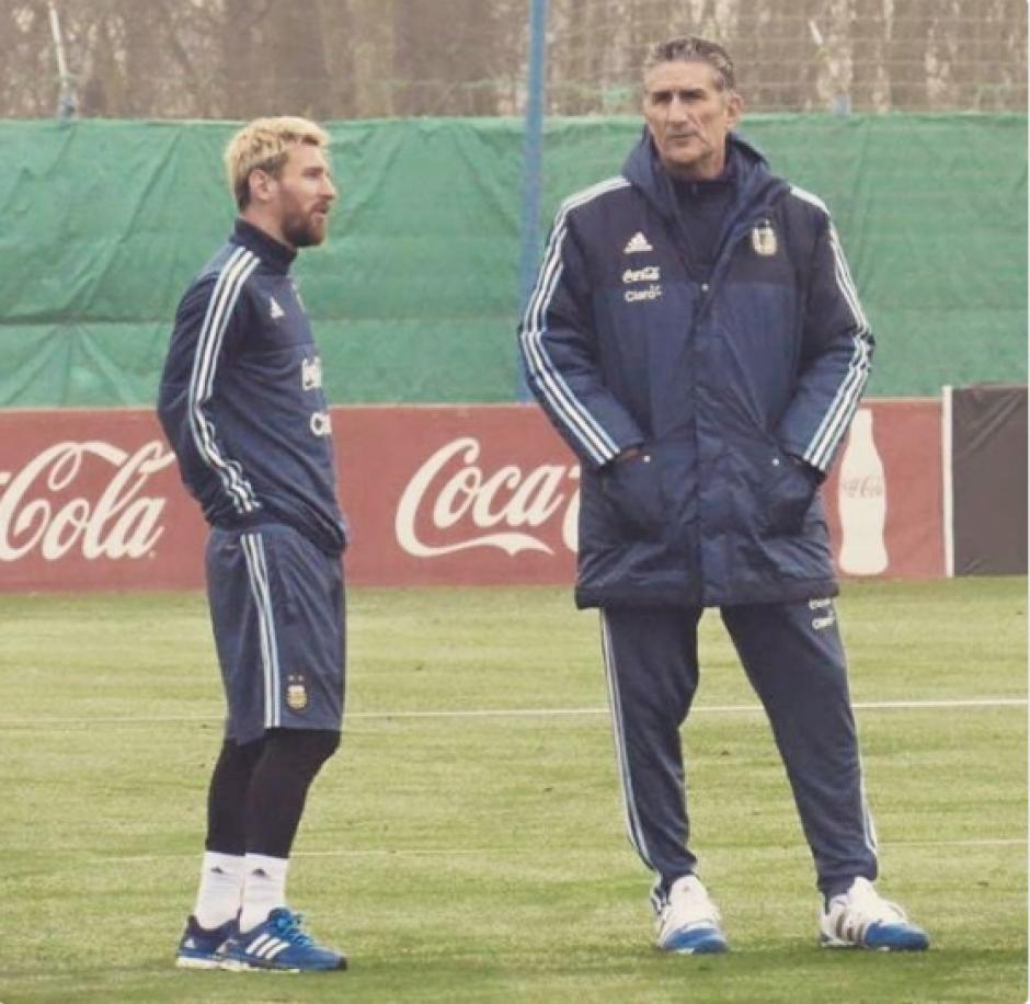 Messi conversa con Edgardo Bauza, el nuevo técnico. (Foto: Twitter)
