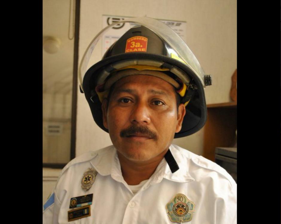 Baudilio Aguilar de Bomberos Voluntarios fue rescatado con vida. (Foto: Bomberos Voluntarios)