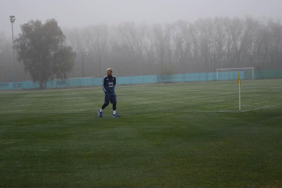 Leo sobre el campo de entrenamiento de Ezeiza, Buenos Aires. (Foto: AFA)