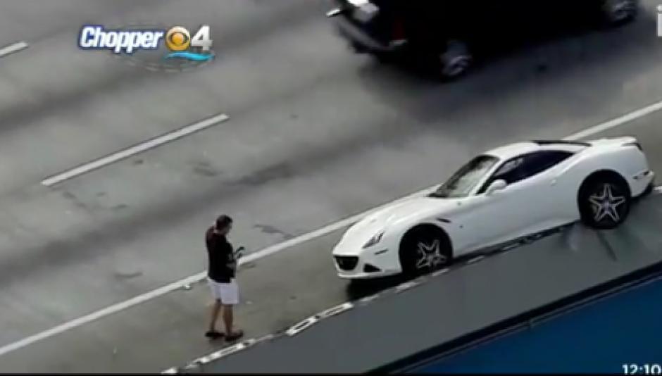El conductor giro y chocó, dejando su auto en contra de la vía y al borde del precipicio. (Imagen: Captura de pantalla)