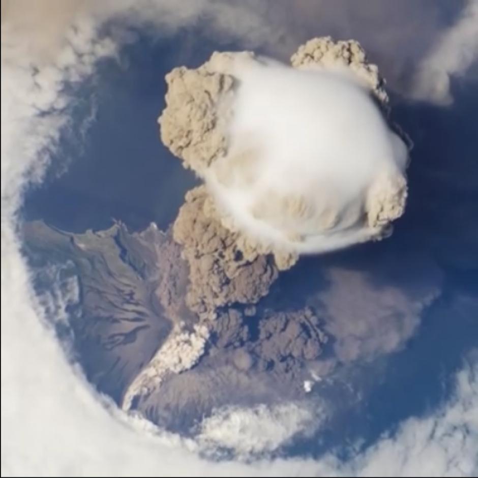 La NASA muestra el momento en el que el coloso realiza una erupción y que es apreciada desde el espacio. (Captura Video)