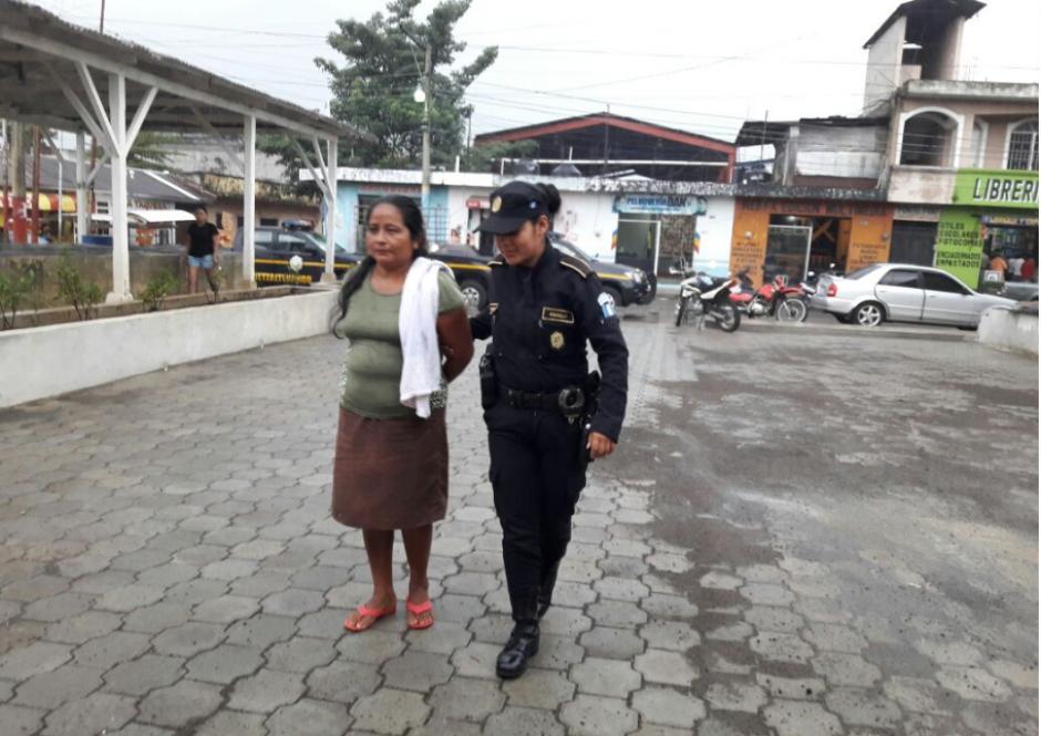 La Policía Nacional Civil capturó a la madre del menor. (Foto: PNC)