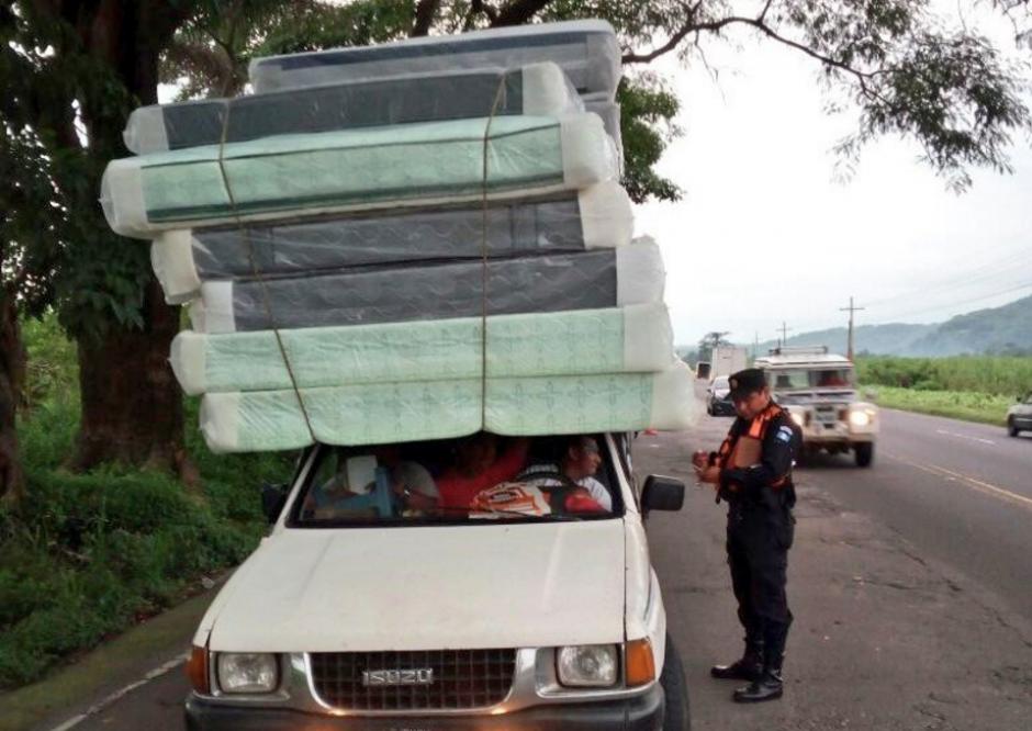 El conductor se movilizaba con demasiada carga. (Foto: PNC Tránsito)