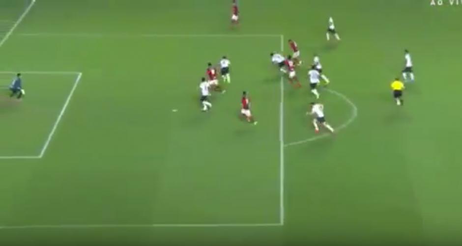 El brasileño, rodeado y sin impulso, marcó un golazo. (Imagen: captura de pantalla)