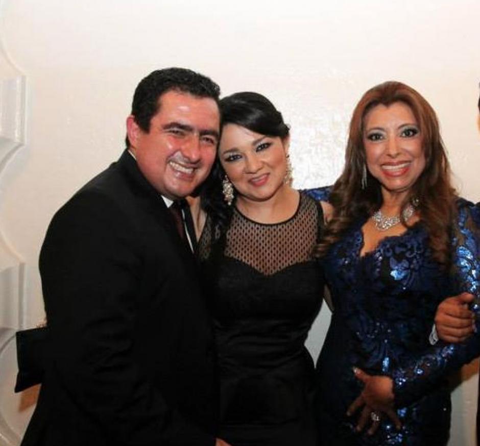Samantha Mejía junto a su esposo Vernon González y Anabella de León. (Foto: Archivo)