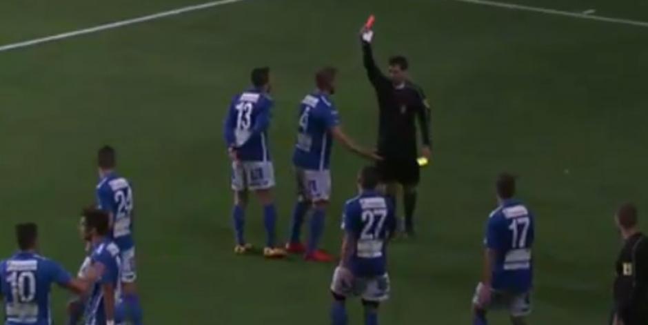 Imagen de la tarjeta roja que le mostró el árbitro. (Captura de Pantalla)