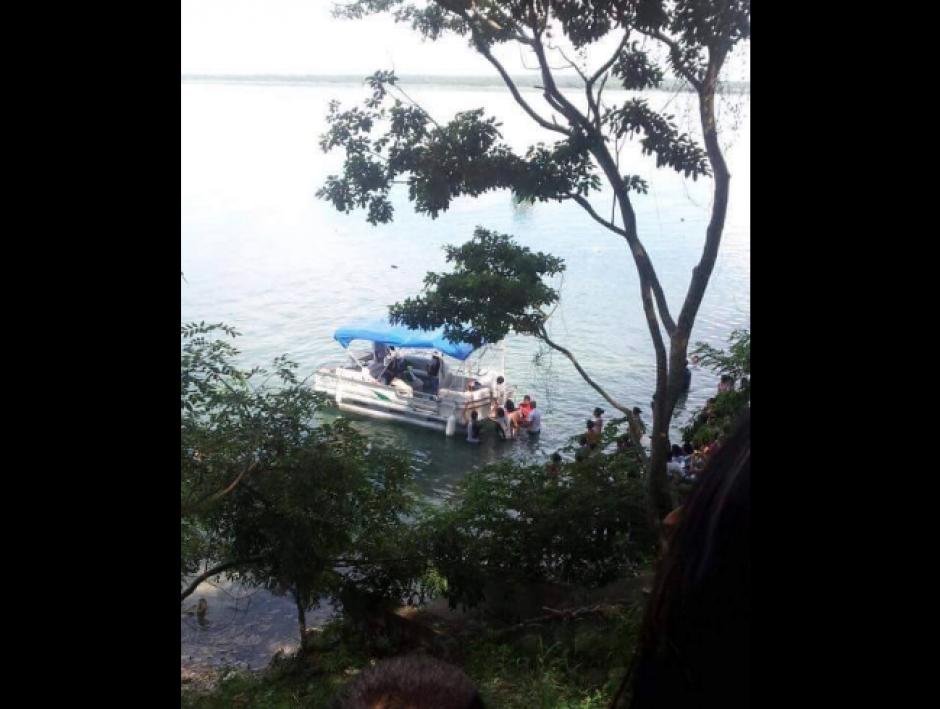 Los Bomberos Voluntarios rescataron a dos tripulantes. (Foto: Facebook/Knal 4 Quiché)