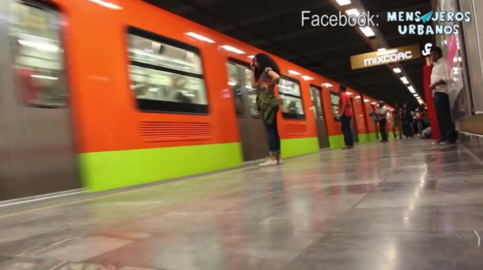 """La mujer sube sola al metro y luego se incorpora el """"acosador"""". (Captura Youtube)"""