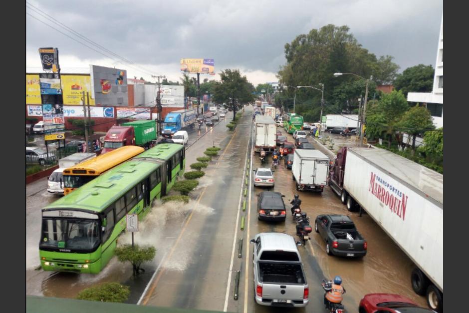 La lluvia provocó que la calzada Aguilar Batres colapsara. (Foto: PNC/Tránsito)