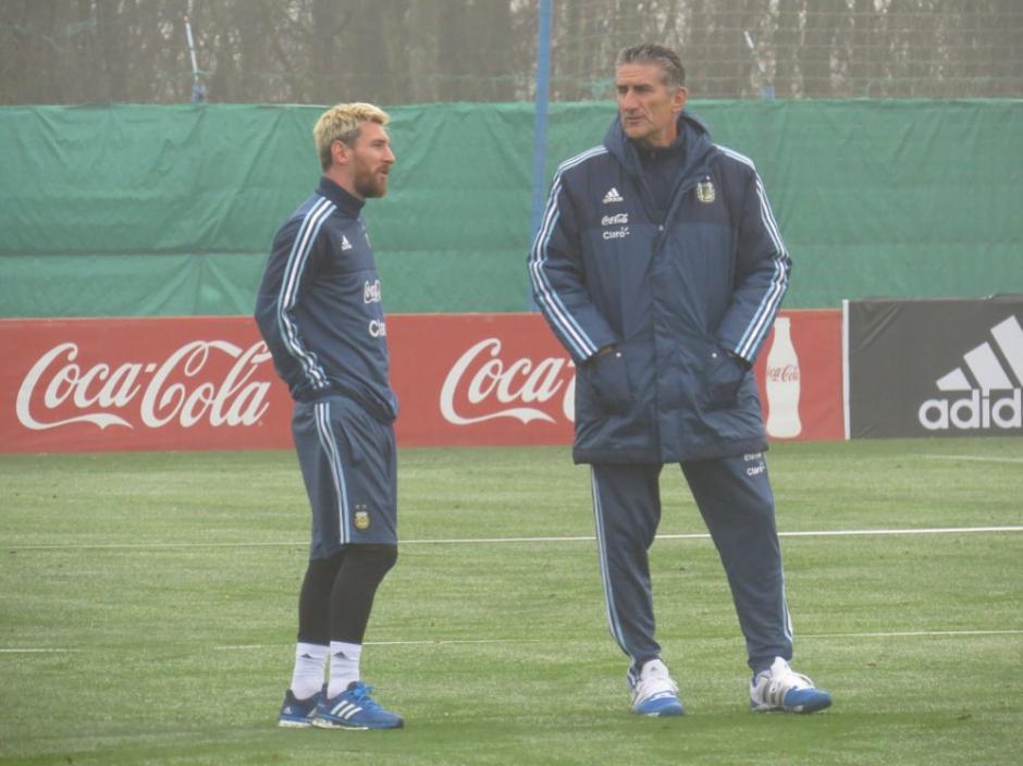 Leo Messi conversa con Bauza en el día de su llegada. (Foto: AFA)
