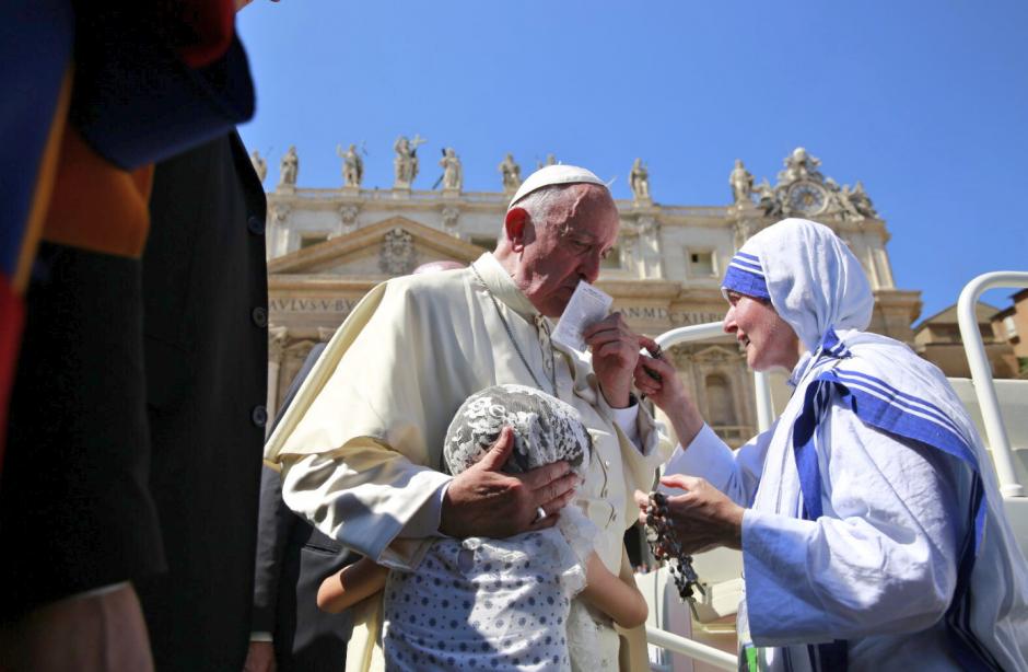 El Papa Francisco recibe una reliquia de la Madre Teresa. (Foto: ACI Prensa)