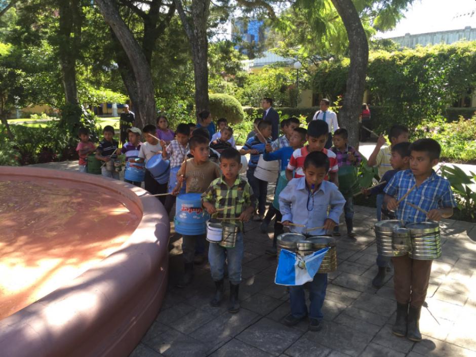El Ministerio de Educación publicó la fotografía de los niños de Sejol, San Pedro Carchá ya en el ministerio. (Foto: Twitter, Mineduc)