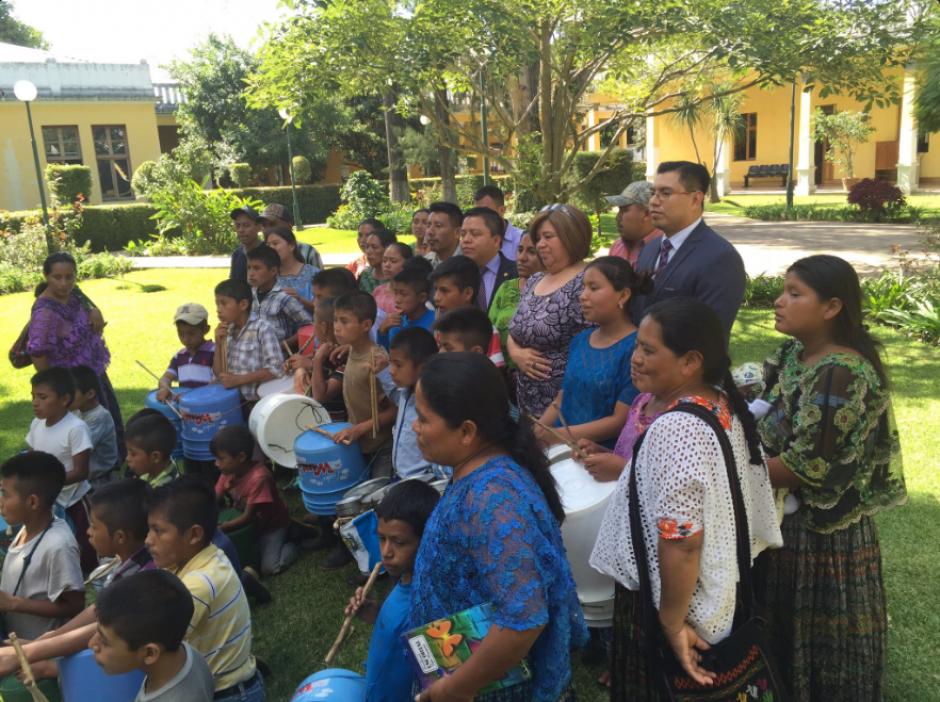 Este grupo de niños sí son los protagonistas del video compartido el pasado sábado 27 de agosto. (Foto: Twitter, Mineduc)