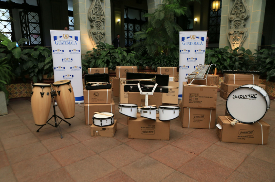 Estos son algunos de los instrumentos que entregó el mandatario a los menores. (Foto: Twitter, Gobierno de Guatemala)