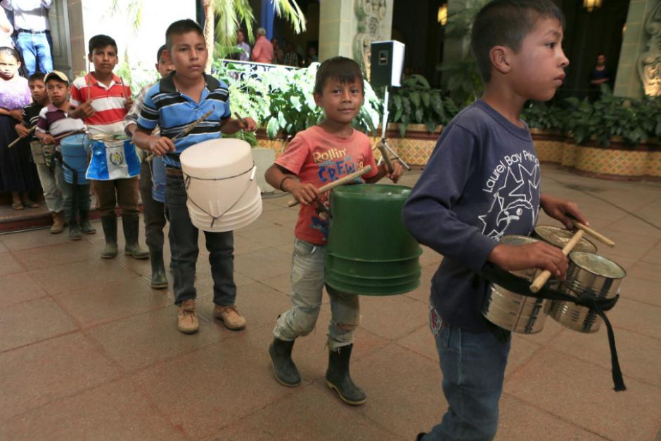 Los niños de la escuela de Sejol llegaron emocionados al Palacio Nacional. (Foto: Twitter, Gobierno de Guatemala)