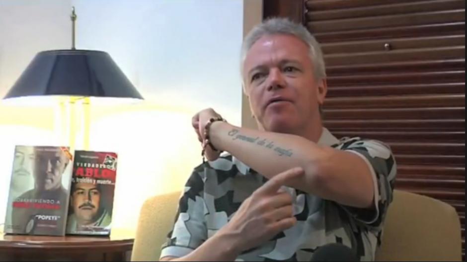 """""""El general de la mafia"""" se lee en el tatuaje de Popeye. (Foto: Univisión)"""