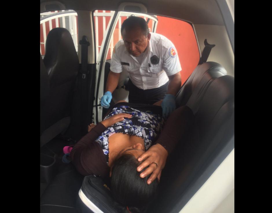 En una unidad de taxi fue atendido el parto. (Foto: Bomberos Voluntarios)