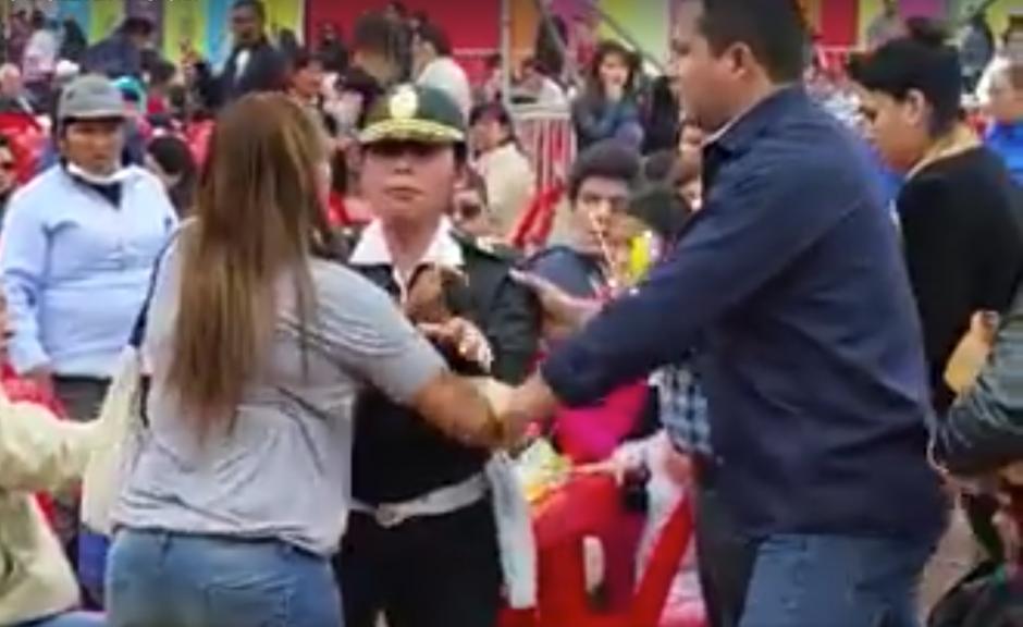 Para detener la discusión las autoridades tuvieron que intervenir. (Captura de pantalla: Perú REC/Facebook)
