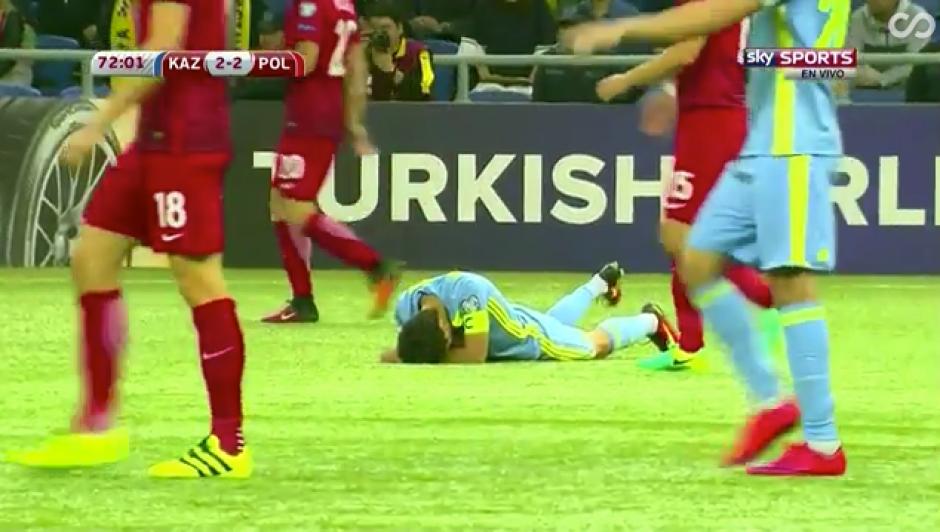 El jugador kazajo, Bauyrzhan Islamkhan, cayó al suelo después de un choque. (Captura de pantalla)