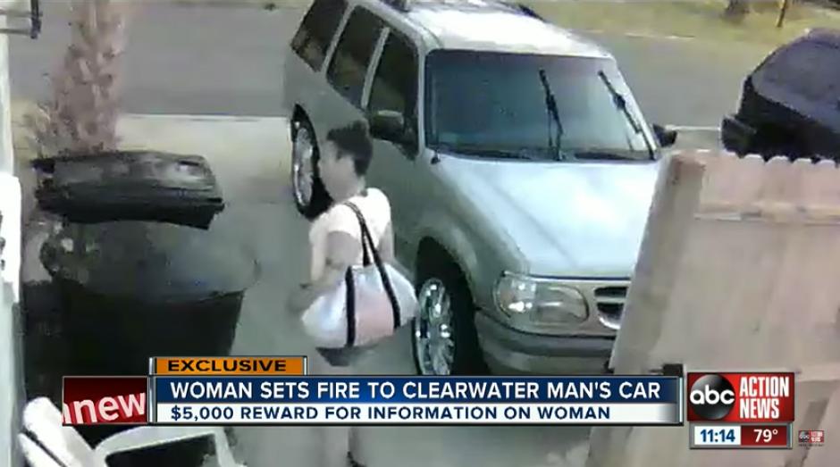 La mujer se acerca al lugar donde se encuentra estacionado el carro con una mala intención. (Imagen: captura de YouTube)
