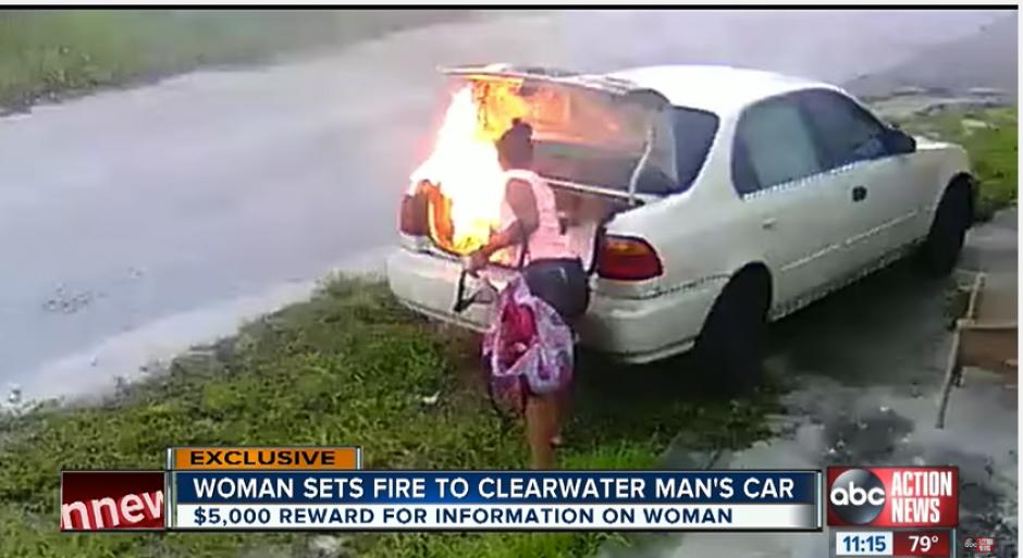 De pronto, abre el baúl del carro blanco y empieza a quemar papeles en su interior. (Imagen: captura de YouTube)