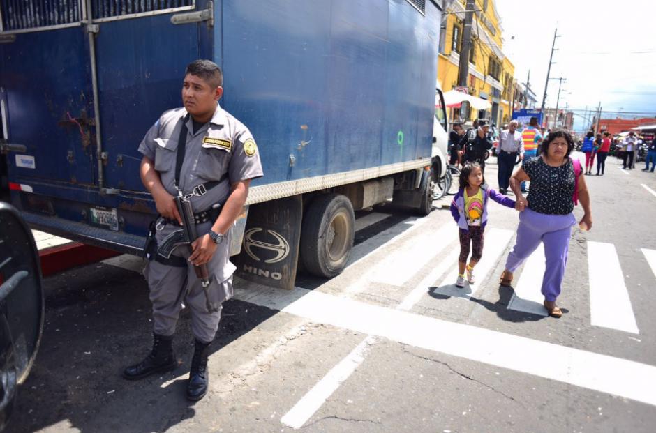En los alrededores del Hospital San Juan de Dios fue cerrado el paso de vehículos. (Foto: Alejandro Balán/Soy502)