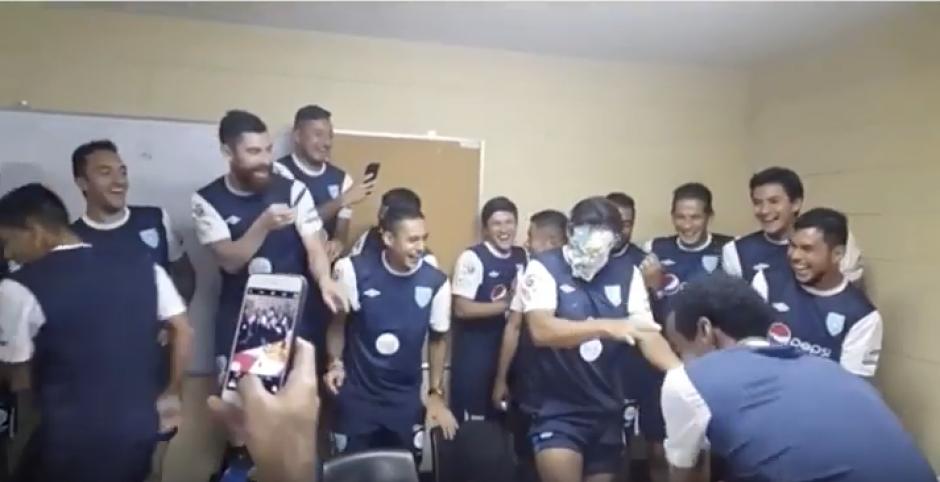Sus compañeros rieron y tomaron video. (Captura de Pantalla)