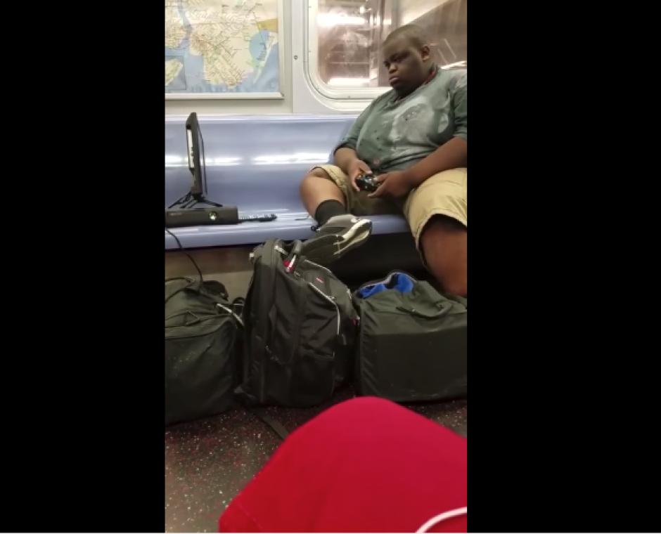 El hombre parece que dejó una partida pendiente y se la llevó al vagón del transporte público. (Imagen: captura de YouTube)