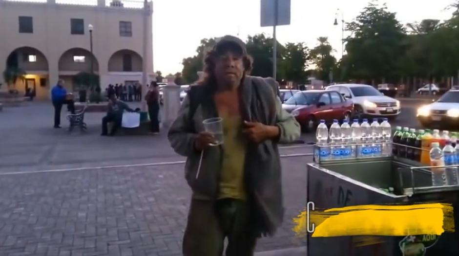 La gente le da algunas monedas y el hombre empieza a cantar con mucho sentimiento. (Imagen: captura de YouTube)