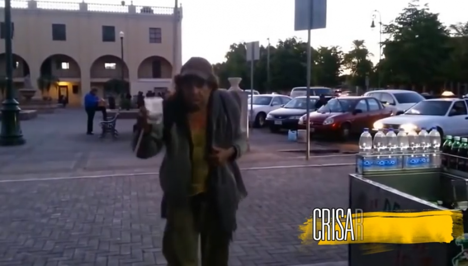 El hombre anda por los mercados y el centro de Sonora en busca de algo de dinero. (Imagen: captura de YouTube)