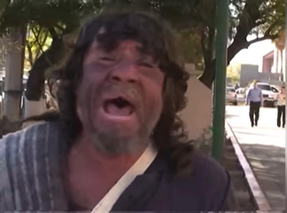 """Rafael dice tener 52 años y que le gusta cantar las canciones del """"Divo de Juárez"""". (Imagen: captura de YouTube)"""