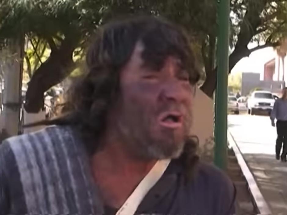 El hombre sale a diario a buscar algo de dinero por las calles de Sonora cantando los éxitos de Juan Gabriel. (Imagen: captura de YouTube)