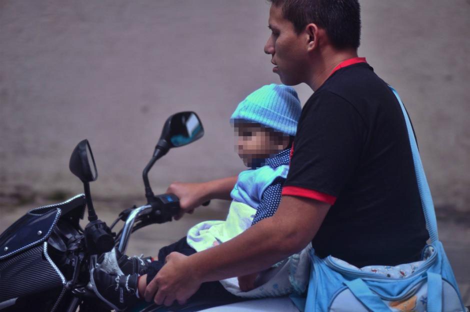 Un motorista con un bebé a bordo olvida las normas de seguridad. (Foto: Wilder López/Soy502)