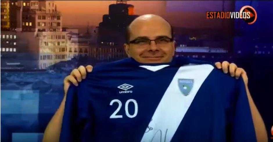 """Mister Chip muestra orgulloso la camiseta autografiada por Carlos """"el Pescadito"""" Ruiz. (Captura de video)"""