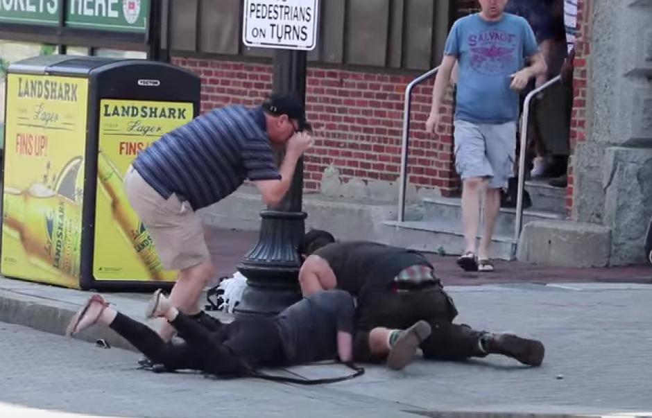 Una mujer se tumbó al suelo para salvar a su pequeño perro del ataque de un pitbull. (Imagen: Captura de pantalla)