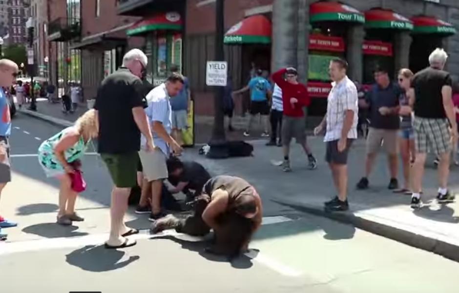 El drama duró varios minutos pues el pitbull se negaba a soltar al perro. (Imagen: Captura de pantalla)