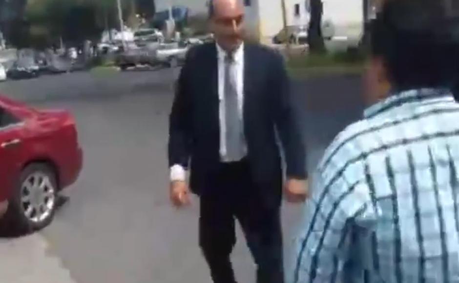 El funcionario se molestó luego que le señalaron que se había estacionado en un lugar para discapacitados. (Imagen: Captura de pantalla)