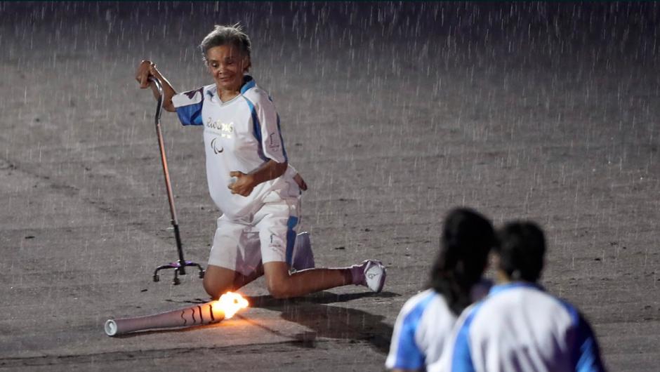 La exatleta se cayó y se puso de pie solita. (Foto: Twitter)