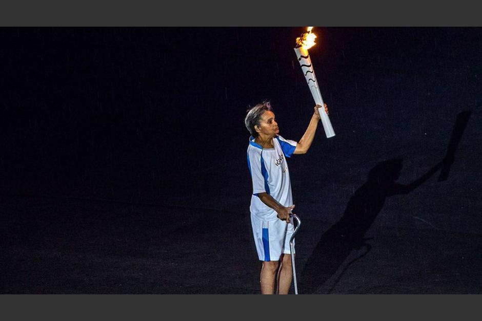 Marcia Marlsarcon la antorcha en el Maracaná. (Foto: AFP)