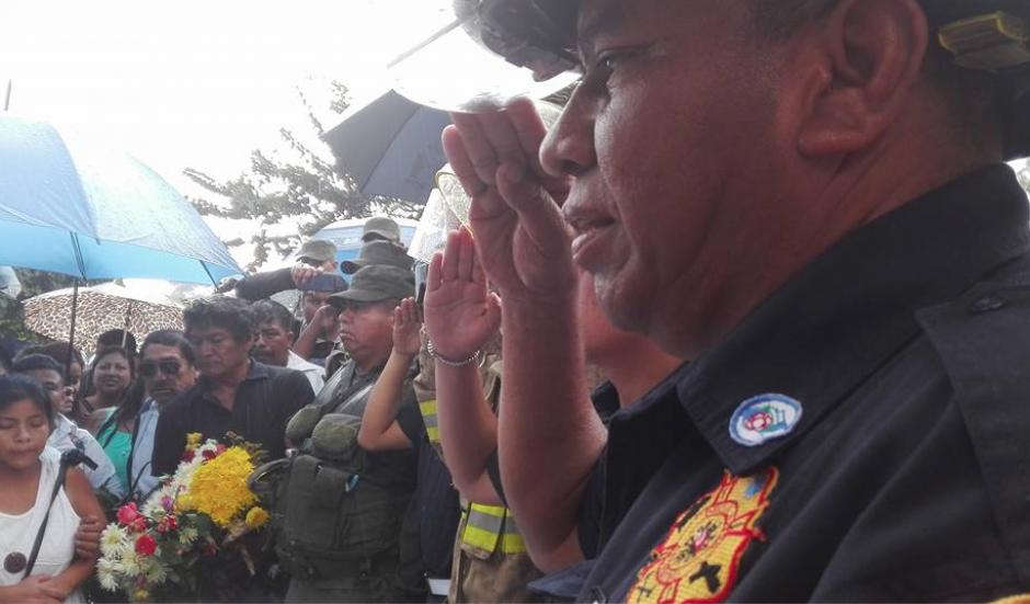 Los bomberos le rindieron un homenaje al menor que murió la noche del 6 de septiembre de 2016. (Foto: Marcia Zavala/Soy502)