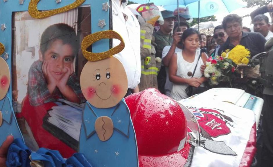 Familiares, amigos, vecinos y bomberos municipales departamentales le dieron el último adiós al pequeño Jimmy Vega. (Foto: Marcia Zavala/Soy502)