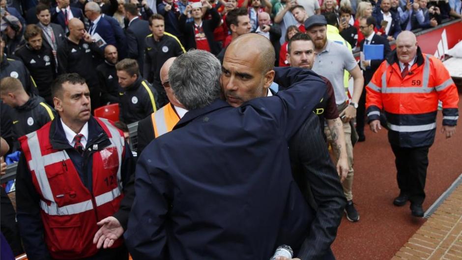 Los técnicos se abrazaron cordialmente antes del duelo. (Foto: AFP)