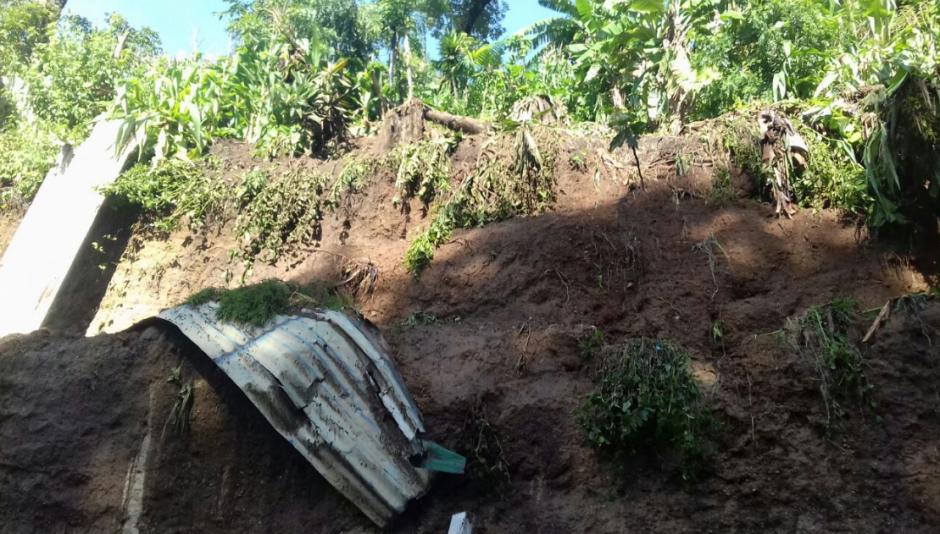 Las lluvias de las últimas horas generaron un derrumbe de tierra que afectó una vivienda en Santa Catarina Pinula. (Foto: Conred)