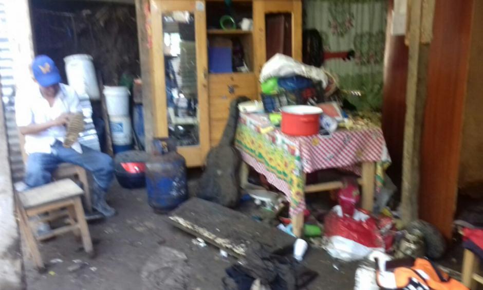 El lodo y el agua que ingresaron a la vivienda provocaron daños en muebles y electrodomésticos. (Foto: Conred)