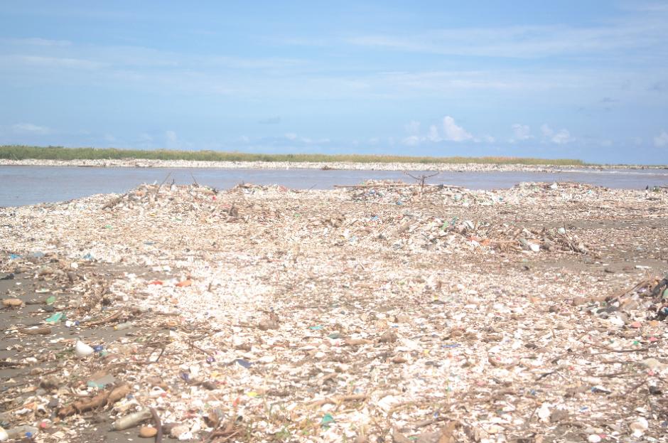 Toneladas de basura son arrastradas por el río Motagua. (Foto: Carlos Cruz/Nuestro Diario)