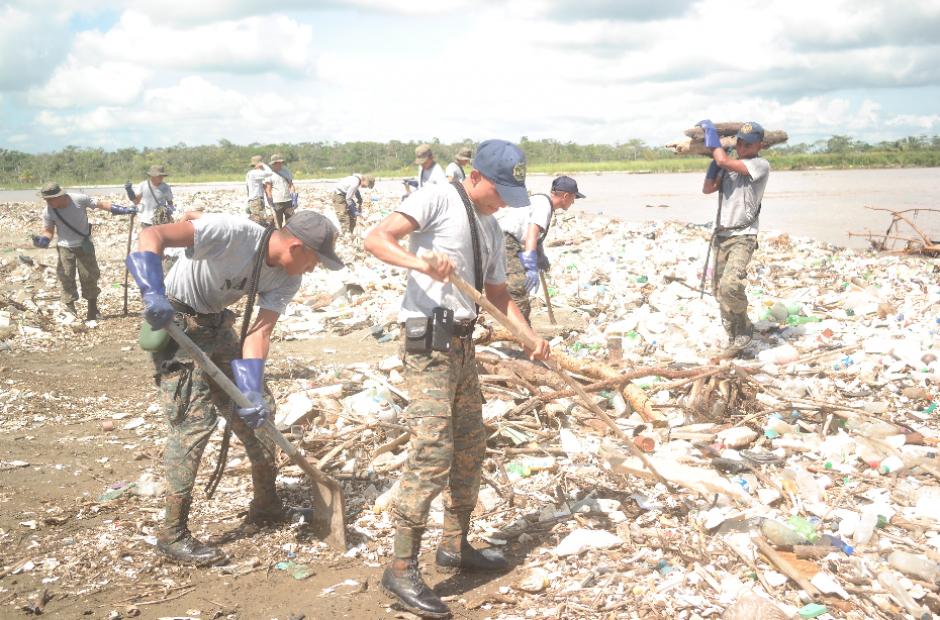 Autoridades han empezado jornadas para recoger la basura acumulada en la orilla del río Motagua. (Foto: Carlos Cruz/Nuestro Diario)