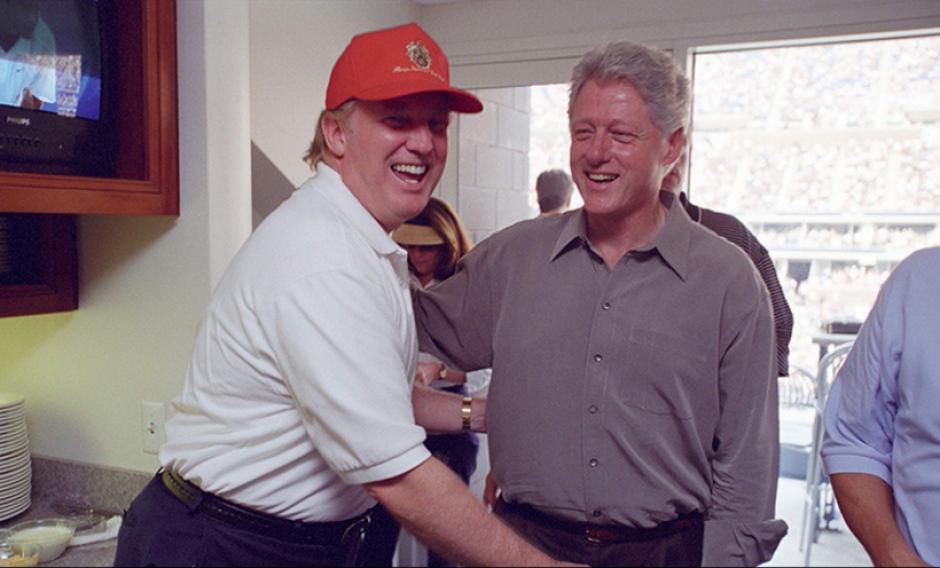 Un sonriente Trump con Bill Clinton, esposo de Hillary. (William J Clinton Presidential Library/Reuters)