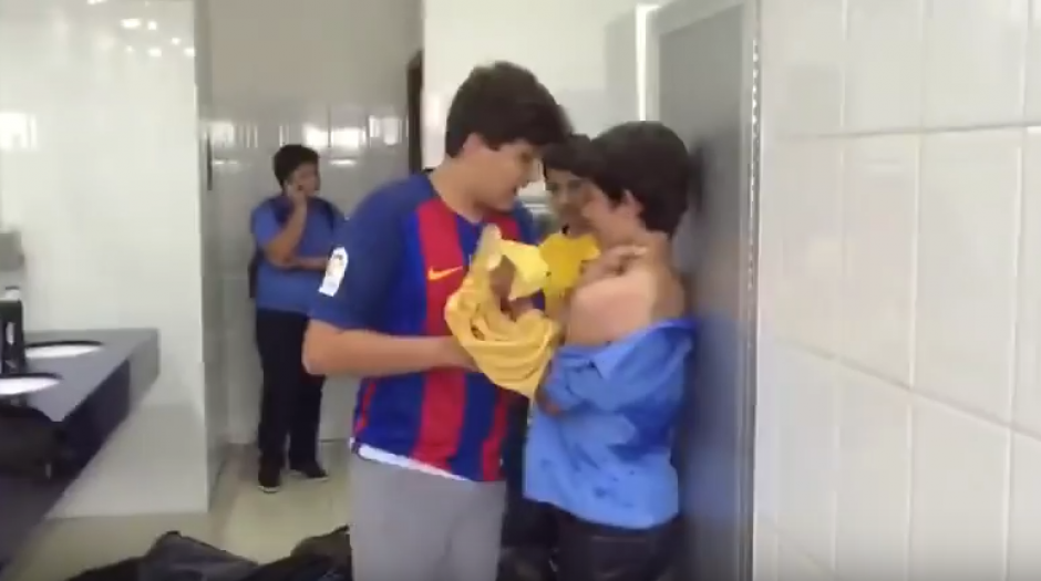 La agresión a este niño en un exclusivo colegio de Honduras provoca repudio. (Foto: Captura de video)